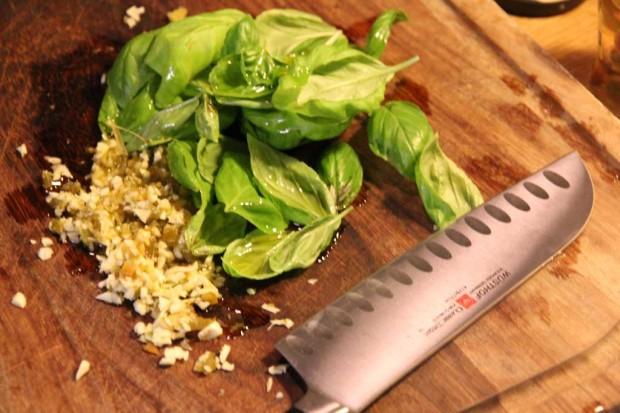 Grüne Currypaste aus Basilkum, Knoblauch und grünen Chilis
