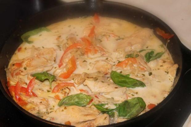 Grünes Hähnchen-Curry Stir-Fry mit Kokosmilch